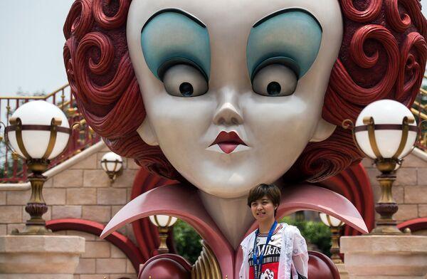 Посетительница первого на территории континентального Китая парка развлечений Диснейленд в Шанхае