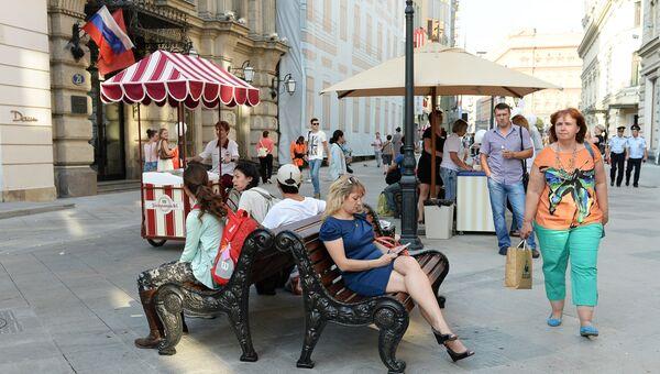 Жители города на празднике в честь открытия пешеходной зоны на Никольской улице в центре Москвы. Архивное фото