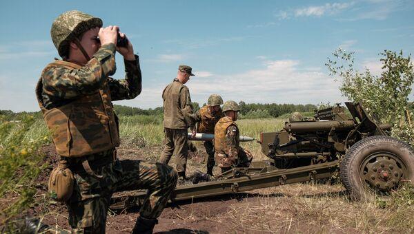 Военнослужащие девяти стран ближнего и дальнего зарубежья во время проведения учебной стрельбы из противотанковой пушки МТ-12 на военном полигоне Тоцкий