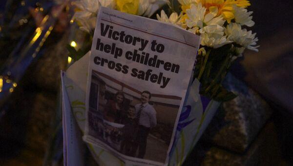 Британцы принесли цветы и свечи к месту убийства депутата парламента Джо Кокс