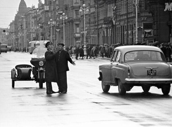 Сотрудник ГАИ беседует с водителем машины на Невском проспекте в Ленинграде