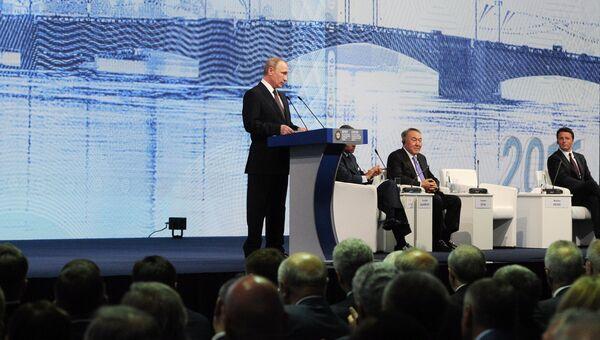Президент России Владимир Путин (слева) выступает на пленарном заседании На пороге новой экономической реальности в рамках XX Петербургского международного экономического форума в Санкт-Петербурге