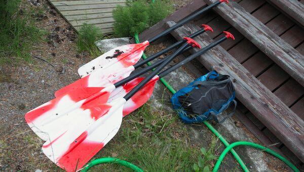 Байдарочные весла, найденные в ходе поисково-спасательной операции в районе озера Сямозеро в Карелии