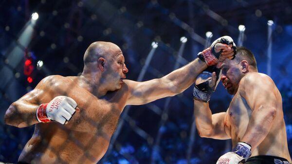 Федор Емельяненко (Россия) и Фабио Мальдонадо (Бразилия) во время боя на турнире по смешанным единоборствам Fight Nights Global 50 в Санкт-Петербурге