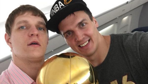 Баскетболисты Кливленд Кавальерс Тимофей Мозгов и Александр Каун с кубком за победу в плей-офф НБА