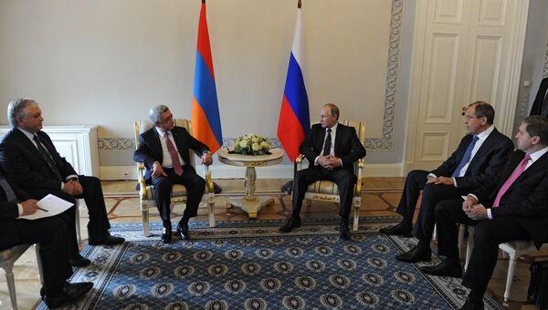 Президент России Владимир Путин и президент Армении Серж Саргсян во время встречи в Санкт-Петербурге