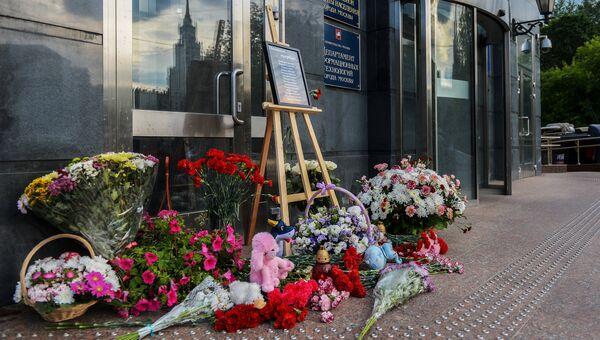 Цветы и игрушки в память о погибших детях на Сямозере. Архивное фото
