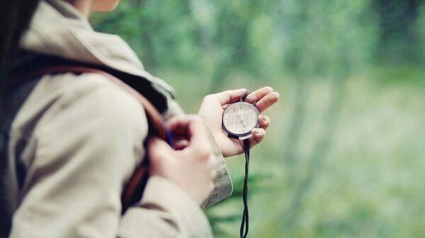 Девушка с компасом
