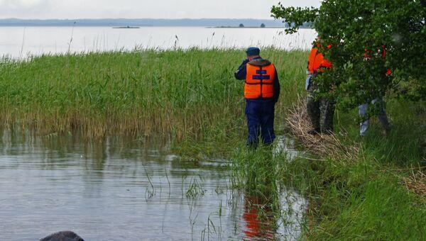 Сотрудники МЧС России во время поисково-спасательных работ на озере Сямозеро. Архивное фото