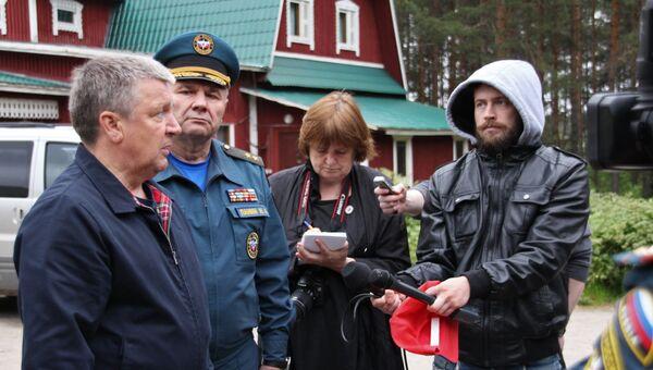 Глава Республики Карелия Александр Худилайнен (слева) отвечает на вопросы журналистов во время поисково-спасательных работ МЧС России на озере Сямозеро в Карелии