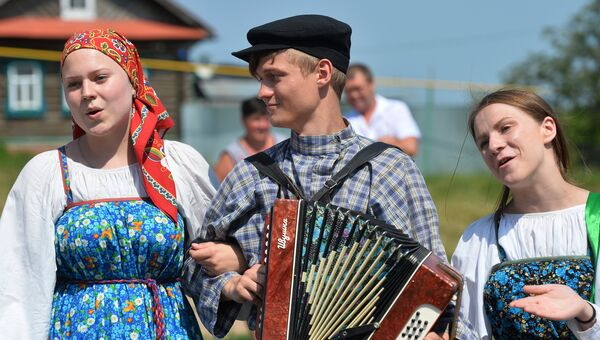 Участники фольклорного коллектива во время обрядового хоровода. Архив