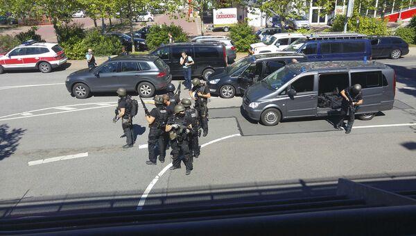 Полицейские у кинотеатра в городе Фирнхайм на западе Германии, где произошла стрельба