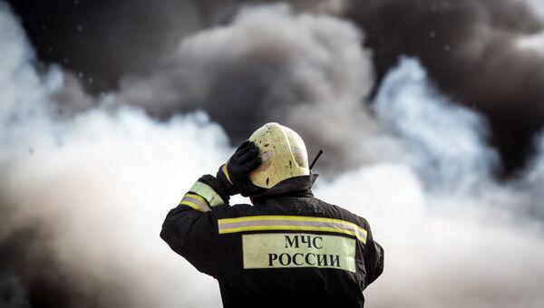 Сотрудник пожарной службы МЧС. Архивное фото