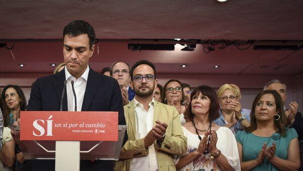 Лидер испанских социалистов Педро Санчес выступает с речью после прошедших выборов