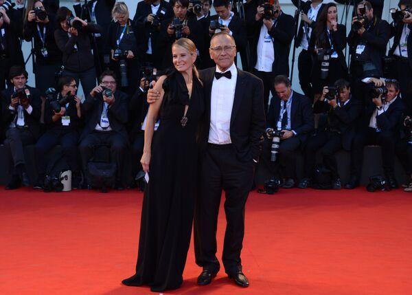 Российский режиссер Андрей Кончаловский с супругой актрисой Юлией Высоцкой