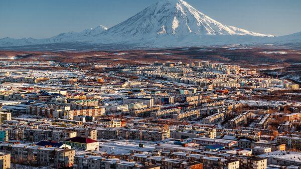 Вид на город Петропавловск-Камчатский и вулкан Корякский