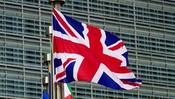 Флаги Великобритании и Евросоюза у главного здания Европарламента. Архивное фото