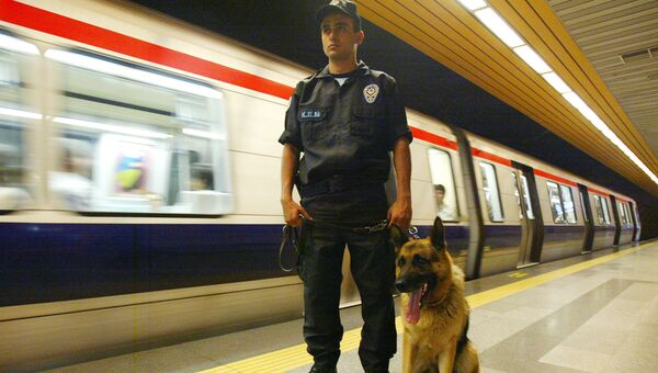 Сотрудник полиции со служебной собакой на станции метро в Стамбуле. Архивное фото