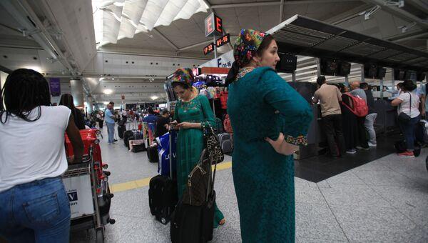 Пассажиры в аэропорту Ататюрка в Стамбуле