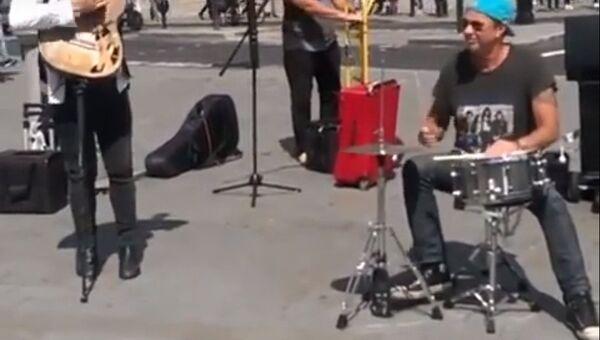 Барабанщик Red Hot Chili Peppers сыграл на улице в Лондоне