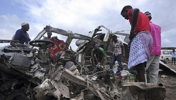 На месте подрыва микроавтобуса на придорожной мине недалеко Могадишо. Сомали, 30 июня 2016