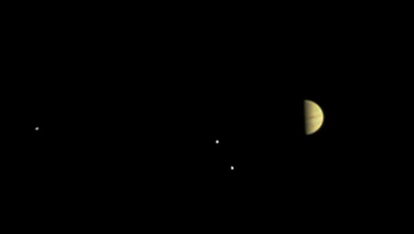 Юпитер и его семейство - первое фото зонда Juno