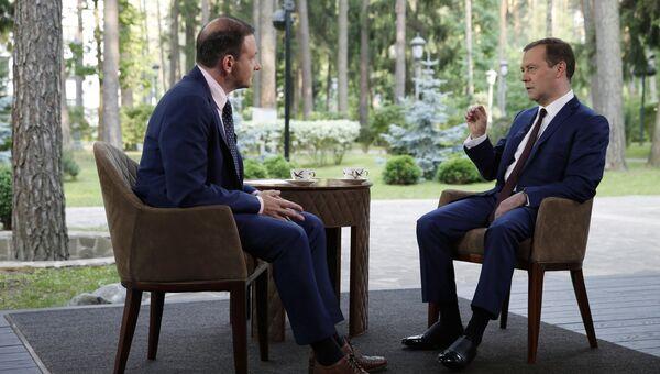 Дмитрий Медведев во время интервью ведущему программы Вести в субботу Сергею Брилеву