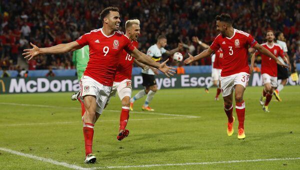 Футболисты Уэльса празднуют забитый мяч