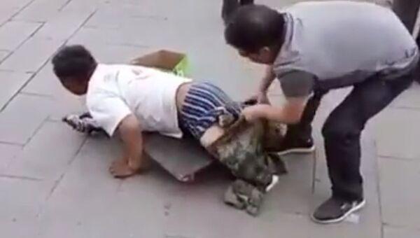В Китае разоблачили безногого попрошайку