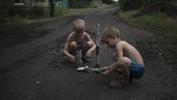 Дети играют боеприпасами в Горловке
