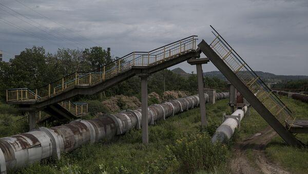 Мост, разрушенный в результате обстрела. Архивное фото