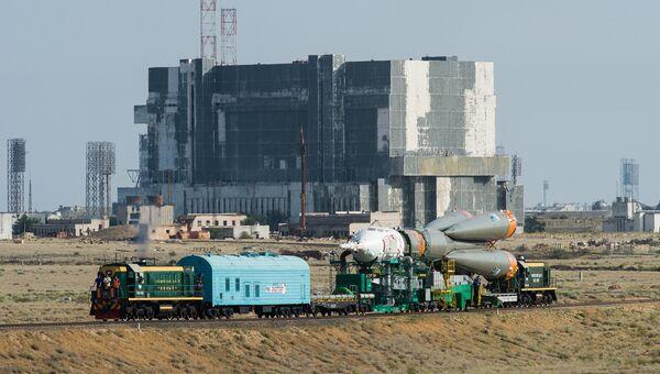 Вывоз ракеты-носителя Союз- ФГ с пилотируемым кораблем Союз-МС на стартовую площадку. Архивное фото