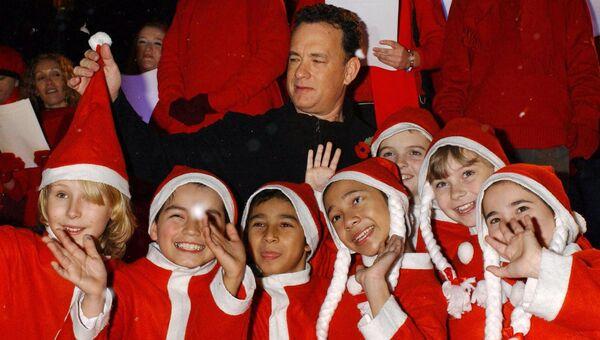 Актер Том Хэнкс позирует со школьниками на премьере фильма Полярный экспресс