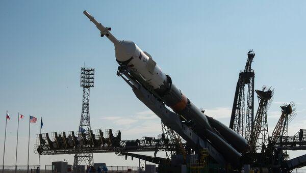 Установка ракеты-носителя Союз- ФГ с пилотируемым кораблем Союз-МС на стартовую площадку космодрома Байконур