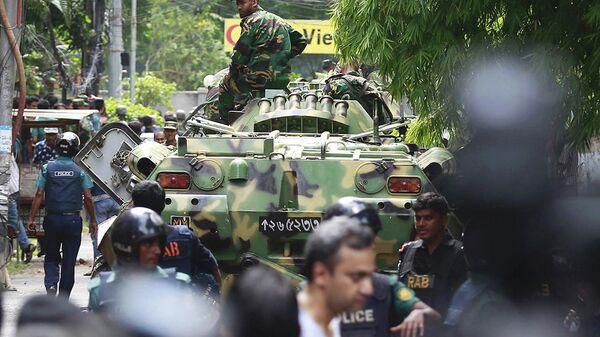 Сотрудники служб безопасности и военные Бангладеша на месте теракта в городе Дакка