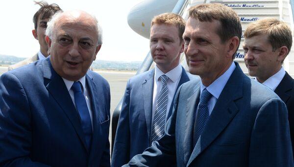 Председатель Государственной Думы РФ Сергей Нарышкин и заместитель министра иностранных дел Греции Иоаннис Аманатидис во время встречи в аэропорту города Салоники