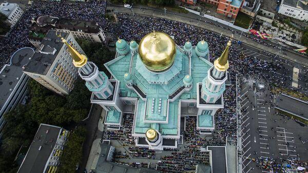 Мусульмане перед намазом в день праздника Ураза-байрам у Соборной мечети в Москве