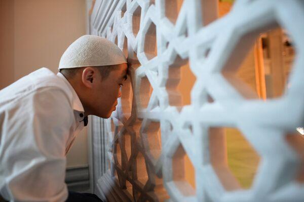 Мусульманин перед намазом в день праздника Ураза-байрам в Соборной мечети в Москве