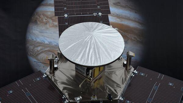 Модель зонда Juno на фоне Юпитера