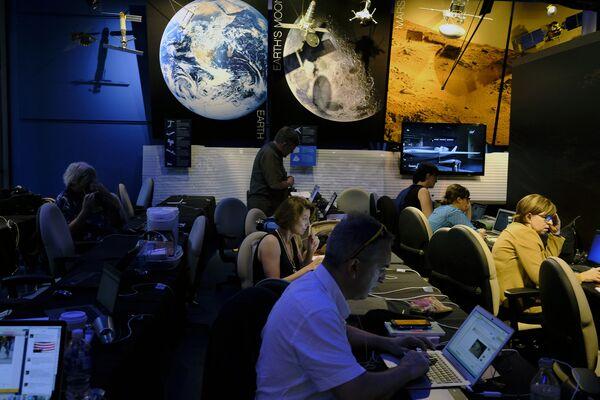 Журналисты в медиа-центре Лаборатории реактивного движения в Пасадене
