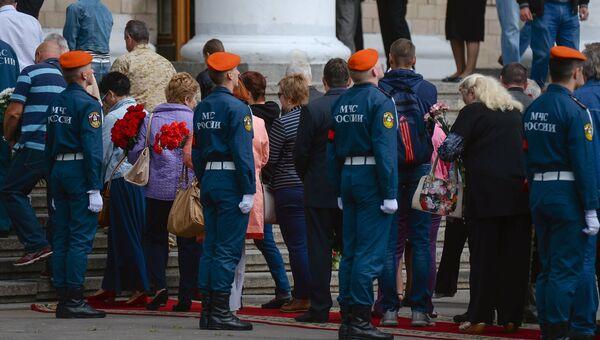 Очередь во время гражданской панихиды по экипажу самолета Ил-76 МЧС России. Архивное фото