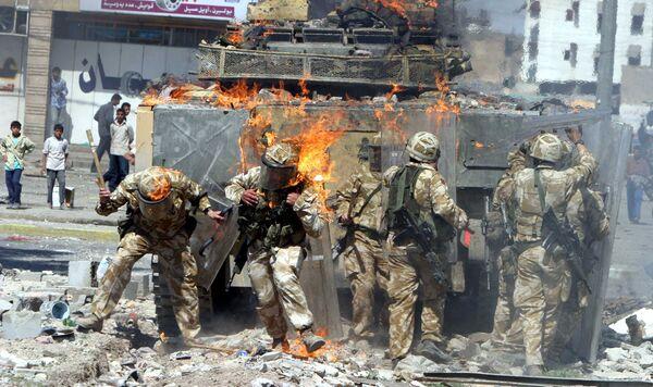 Британская бронемашина подожженная протестующими Басре, Ирак