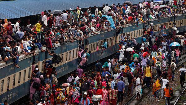 Переполненный пассажирский поезд на железнодорожном вокзале в Дакке, Бангладеш, 5 июля 2016