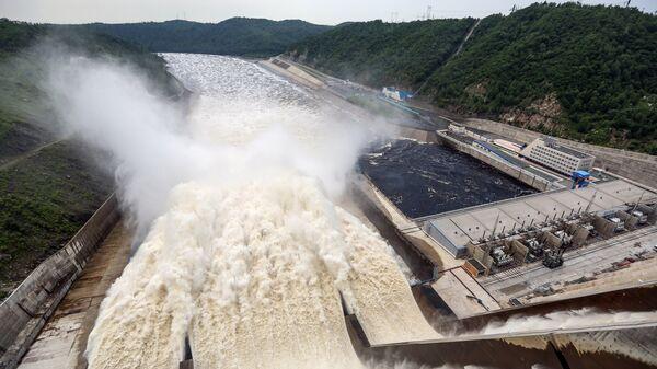 Сброс воды на Бурейской ГЭС. Архивное фото