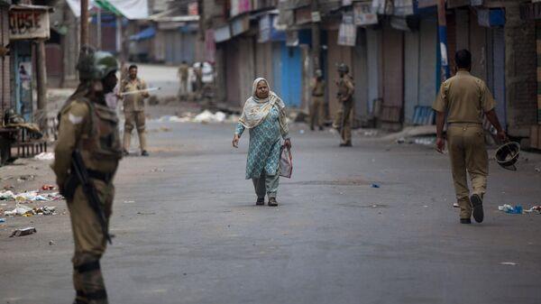 Военный патруль во время комендантского часа в Шринагаре, Кашмир. Индия, 12 июля 2016