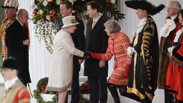 Британский политик Тереза Мэй приветствует королеву Елизавету II