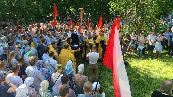 Сторонники строительства православного храма в парке Торфянка. Архивное фото