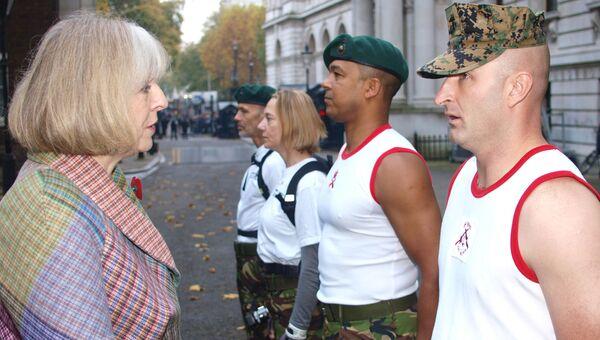 Министр внутренних дел Великобритании Тереза Мэй общается с участниками марафона Commando 999 Speedmarch