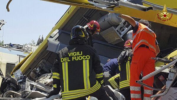 Итальянские пожарные на месте столкновения пригородных поездов в провинции Бари