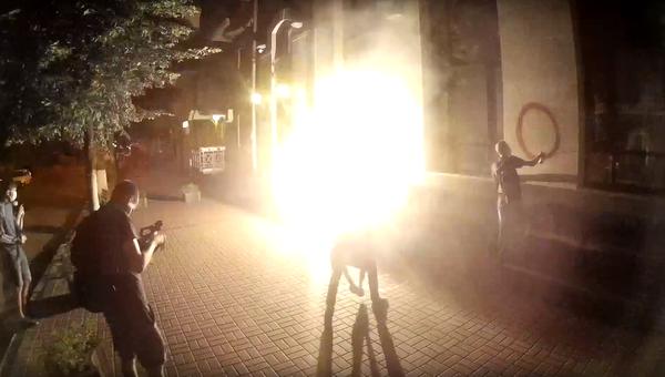 Стоп-кадр с видео нападения на здание Россотрудничества в Киеве